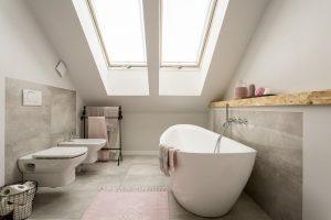 Douche en bad in een kleine badkamer