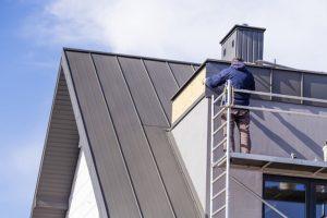 Het schilderen van een dakkapel is een lastige maar noodzakelijke klus!